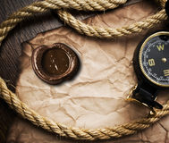 Oude kompas en kabel op grungeachtergrond Royalty-vrije Stock Afbeeldingen