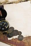 Oude kompas en kabel op grungeachtergrond Stock Afbeeldingen