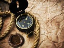 Oude kompas en kabel op grungeachtergrond Royalty-vrije Stock Fotografie