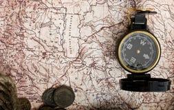 Oude kompas, kabel en muntstukken op grungeachtergrond Royalty-vrije Stock Afbeeldingen