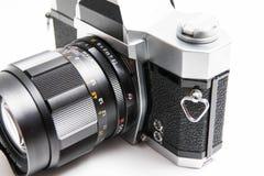Oude Konica 35 die mm-camera op witte dichte omhooggaand wordt geïsoleerd stock foto
