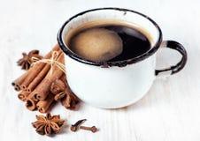 Oude kop koffie en kruiden Stock Foto's