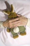 Oude krankzinnige persoon met gevuld konijn Royalty-vrije Stock Afbeeldingen