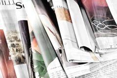 Oude kranten die in wanorde liggen Stock Foto's