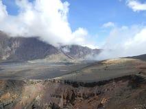 Oude krater van een vulkaan op een lavagebied Royalty-vrije Stock Foto
