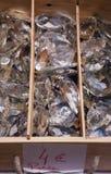Oude kristaltegenhangers bij vlooienmarkt. Stock Foto
