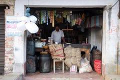 Oude kruidenierswinkelopslag in Kumrokhali, West-Bengalen Stock Foto's