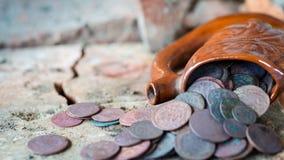 Oude kruik met muntstukken Stock Foto