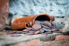 Oude kruik met muntstukken Stock Fotografie