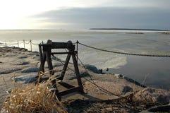Oude krukken bij kust stock afbeelding
