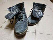 Oude laarzen of oude laarzen op de vloer royalty-vrije stock foto's