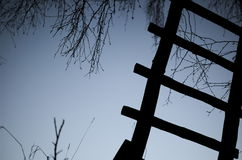 Oude ladder en blauwe hemel royalty-vrije stock foto's