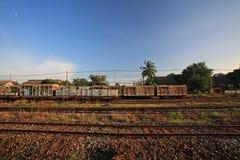 Oude ladingscontainer op spoorwegspoor Stock Foto's