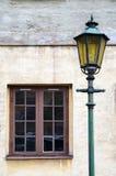 Oude lamp bij een oude voorgevel Stock Foto's