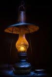 Oude lamp in de duisternis Stock Fotografie