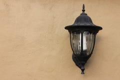 Oude lamp op de muur Stock Afbeelding