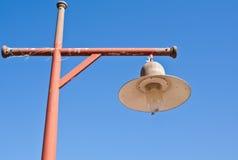 Oude lamp op de rode pijler Stock Fotografie