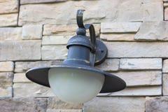 Oude lamp op een bakstenen muur, close-up royalty-vrije stock fotografie