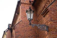 Oude lamp op muur stock afbeelding