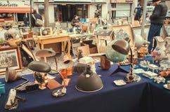 Oude lampen, antiquiteit utensilds voor verkoop op vlooienmarkt met uitstekend decor en retro details royalty-vrije stock afbeelding