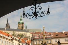 Oude lampkandelaar in donkere boog op achtergrond van het Kasteelmening van Praag in Mala Strana royalty-vrije stock foto's