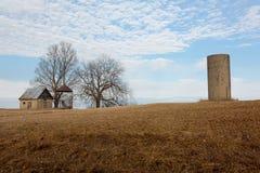 Oude landbouwbedrijfgebouwen, silo, wolken en blauwe hemel stock fotografie