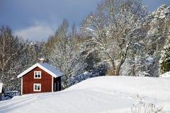 Oude landbouwbedrijfhuizen in een de winterlandschap Stock Afbeelding