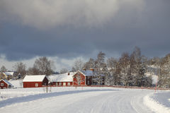 Oude landbouwbedrijfhuizen in een de winterlandschap Stock Afbeeldingen