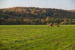 Oude landbouwbedrijftractor op een gebied. Royalty-vrije Stock Afbeeldingen