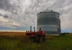 Oude Landbouwbedrijftractor op een gebied Stock Foto