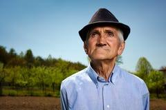 Oude landbouwer openlucht royalty-vrije stock fotografie