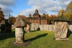 Oude landelijke bijenstal, bij-tuin - het Landschap van de Herfst royalty-vrije stock afbeelding