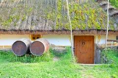 Oude landelijke herberg met houten vaten Stock Afbeelding