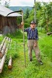 Oude landelijke mens die zeis met behulp van Royalty-vrije Stock Afbeelding