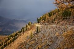 Oude landelijke weg aan een bergpas Stock Afbeeldingen