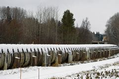 Oude lange houten waterpijp op de winter Stock Foto