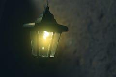 Oude lantaarn in de schuur met brandhout royalty-vrije stock afbeeldingen