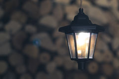 Oude lantaarn in de schuur met brandhout royalty-vrije stock fotografie