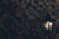 Oude lantaarn in de schuur met brandhout stock fotografie