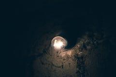 Oude lantaarn in de schuur met brandhout stock foto