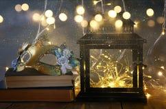 oude lantaarn en mooi maskerade Venetiaans masker royalty-vrije stock afbeeldingen