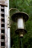 Oude lantaarn op muur royalty-vrije stock fotografie
