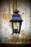 Oude lantaarn opgezet op een muur Royalty-vrije Stock Afbeelding