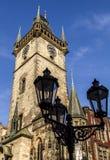 Oude lantaarn, Oud Stadhuis als achtergrond Praag, Tsjechische Republiek Royalty-vrije Stock Foto