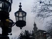 Oude lantaarnlantaarnpaal en de historische bouw in Stad Hall Park in de lagere Stad van Manhattan New York royalty-vrije stock foto's