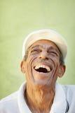 Oude latino mens die voor vreugde glimlacht Stock Fotografie