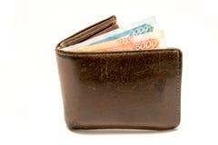 Oude leer bruine portefeuille met één en vijf duizend die roebelsbankbiljetten op witte achtergrond worden geïsoleerd Stock Foto's