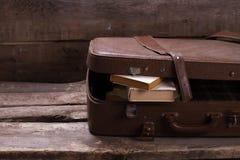 Oude leerkoffer met boeken Royalty-vrije Stock Afbeelding