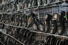 Oude leerschoenen op schoenenrek Stock Foto's