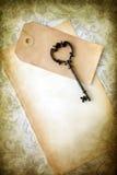 Oude lege document en sleutel stock afbeelding